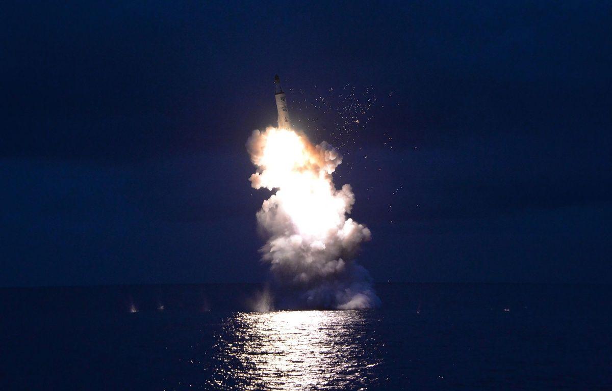 Cette image non datée, diffusée par la Corée du Nord le 25 août 2016, montre le tir d'un missile balistique depuis un sous-marin.  – KNS / KCNA / AFP