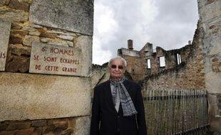 """Robert Hébras, 86 ans, l'un des deux derniers survivants du massacre du village français d'Oradour-sur-Glane (centre), dont 642 habitants ont été tués par des nazis le 10 juin 1944, s'est dit """"agréablement surpris"""" lundi après l'annonce de perquisitions chez six octogénaires allemands soupçonnés d'avoir participé à la tuerie."""