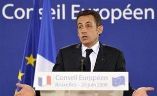 """La semaine politique sera marquée par le début de la présidence française de l'Union européenne, la préparation du congrès du PS, avec la remise des """"contributions"""", et l'examen en session extraordinaire au Parlement des textes sur les 35 heures et la """"modernisation de l'économie""""."""