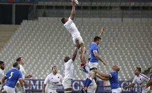 Woki prend un ballon en touche face à l'Italie, au stade de France.