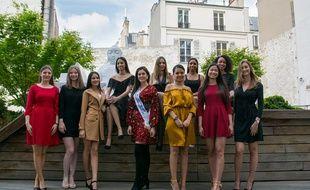 Les 10 candidates de la première élection de Miss Hauts-de-Seine entourent la deuxième dauphine de Miss France 2018.