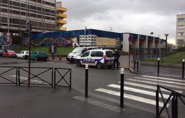 Des policiers près du centre commercial du Galion , à Aulnay-sous-Bois, le 7 janvier 2017