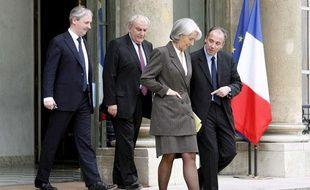 Stéphane Richard, directeur de cabinet de Christine Lagarde, discute avec la ministre, suivi du président de la Banque Populaire Philippe Dupont et du président éxécutif de la Caisse d'Epargne Francois Perol, à l'Elysée, le 10 avril 2009.