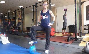 Michèle Wauquier et sa fidèle partenaire d'entraînement, sa kettlebell.
