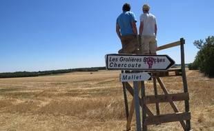 Julien Leguet, à gauche, et Cédric, autre membres du collectif, en haut de «la tour de guet» installé par «Bassines non, merci». Dans les Deux-Sèvres, le collectif est opposé au projet de création de 16 bassines d'eau porté par les agriculteurs pour sécuriser leurs cultures.