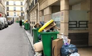 Les poubelles débordent toujours, comme ici dans le 17e arrondissement de Paris, samedi 8 février.