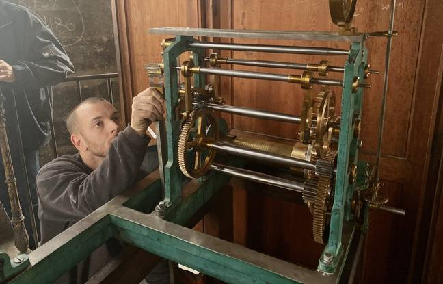 L'horloger Maxime Labat de l'entreprise Laumaillé, en train de remonter le mécanisme de l'horloge de la Grosse cloche de Bordeaux.