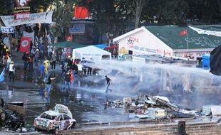 Les policiers turcs ont évacué samedi soir par la force le parc d'Istanbul qui abritait le dernier carré des manifestants qui défient depuis plus de deux semaines le Premier ministre Recep Tayyip Erdogan, entraînant la dispersion de dizaines de milliers de personnes dans les rues de la ville.