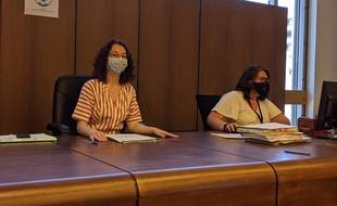 La juge des enfants, Nolwenn Perrichot, et sa greffière lors des audiences devant la chambre du conseil.