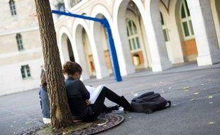 Illustration de lycéennes dans une cour de lycée.