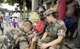 Une femme intervenant dans le cadre des missions de l'armée française en Côte d'Ivoire.