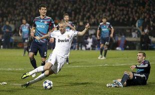 La frappe de Karim Benzema fait mouche et permet au Real Madrid de repartir de Lyon avec un score favorable (1-1), le 22 février 2011.