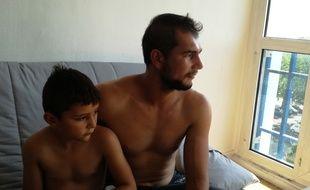 Alin Avram et son fils Andrei, dans leur nouveau logement.