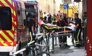 Des blessés pris en charge après l'explosion survenue ce 24 mai rue Victor-Hugo à Lyon.