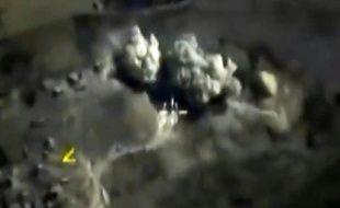 Image tirée d'une vidéo diffusée sur le site du ministère russe de la Défense, le 3 octobre 2015, montrant une explosion à la suite d'une frappe aérienne russe contre un dépôt d'explosifs à Raqa, en Syrie