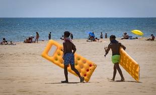 De jeunes vacanciers sur la plage de Narbonne.