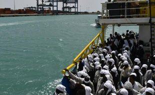 """Des migrants à bord du bateau de secours """"Aquarius"""" qui arrive dans le port de Cagliari, en Sardaigne, en Italie, le 26 mai 2016"""