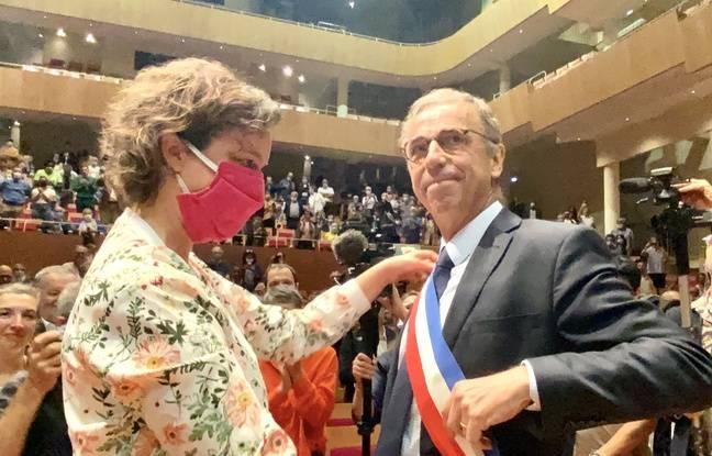 Camille Choplin passe l'écharpe de maire à Pierre Hurmic, le 3 juillet 2020 à Bordeaux