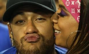 Neymar prend du bon temps au pays.