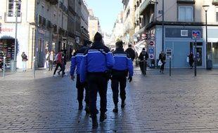 Des gendarmes équipés d'armes lourdes patrouillent dans les rues de Rennes le 8 janvier 2015.