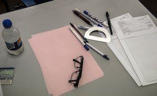 Une table d'examen.