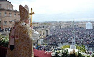 Le Pape Benoît XVI lors de la messe de Pâques, proclame sa bénédiction «urbi et orbi», le 4 avril 2010, au Vatican.