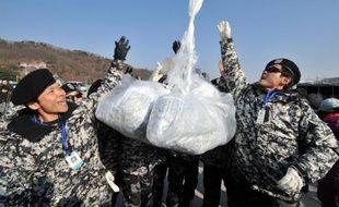 Des militants sud-coréens ont lancé mercredi de l'autre côté de la frontière 500.000 tracts et des clés USB remplies d'informations sur les violations des droits de l'Homme en Corée du Nord, accrochés à des ballons.