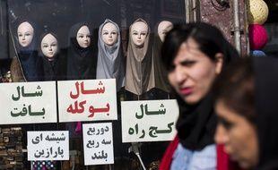 Des Iraniennes passent devant un magasin de hijab, à Téhéran, le 24 février 2016.