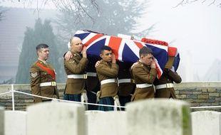 En 2014, des soldats écossais enterraient un soldat mort durant la Première Guerre mondiale à Loos-en-Gohelle.
