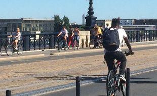 La traversée du pont de Pierre est réservée aux cyclistes, piétons, bus et tramways jusqu'à au moins fin septembre