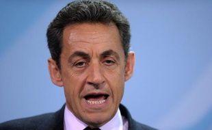 La cote de popularité de Nicolas Sarkozy a baissé d'un point en janvier par rapport à décembre, à 36%, mais cette désaffection ne profite pas à l'opposition, dont la perte de crédibilité se confirme, selon le tableau de bord Paris Match/Ifop rendu public mardi.