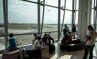 Des passagers dans la salle d'attente de l'aéroport Lyon Saint-Exupéry le 15 septembre 2014