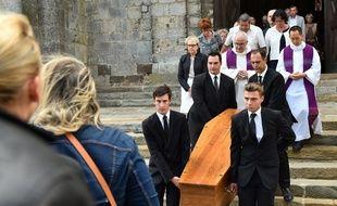 Plusieurs centaines de personnes ont rendu un dernier hommage émouvant jeudi au Mans à l'ex-juge Lambert