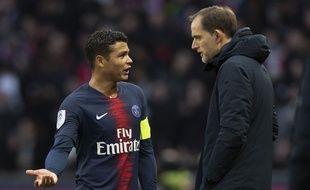 Thiago Silva et Thomas Tuchel en discussion lors de Manchester United-PSG, en 8e de finale aller de la Ligue des champions, le 12 février 2019.