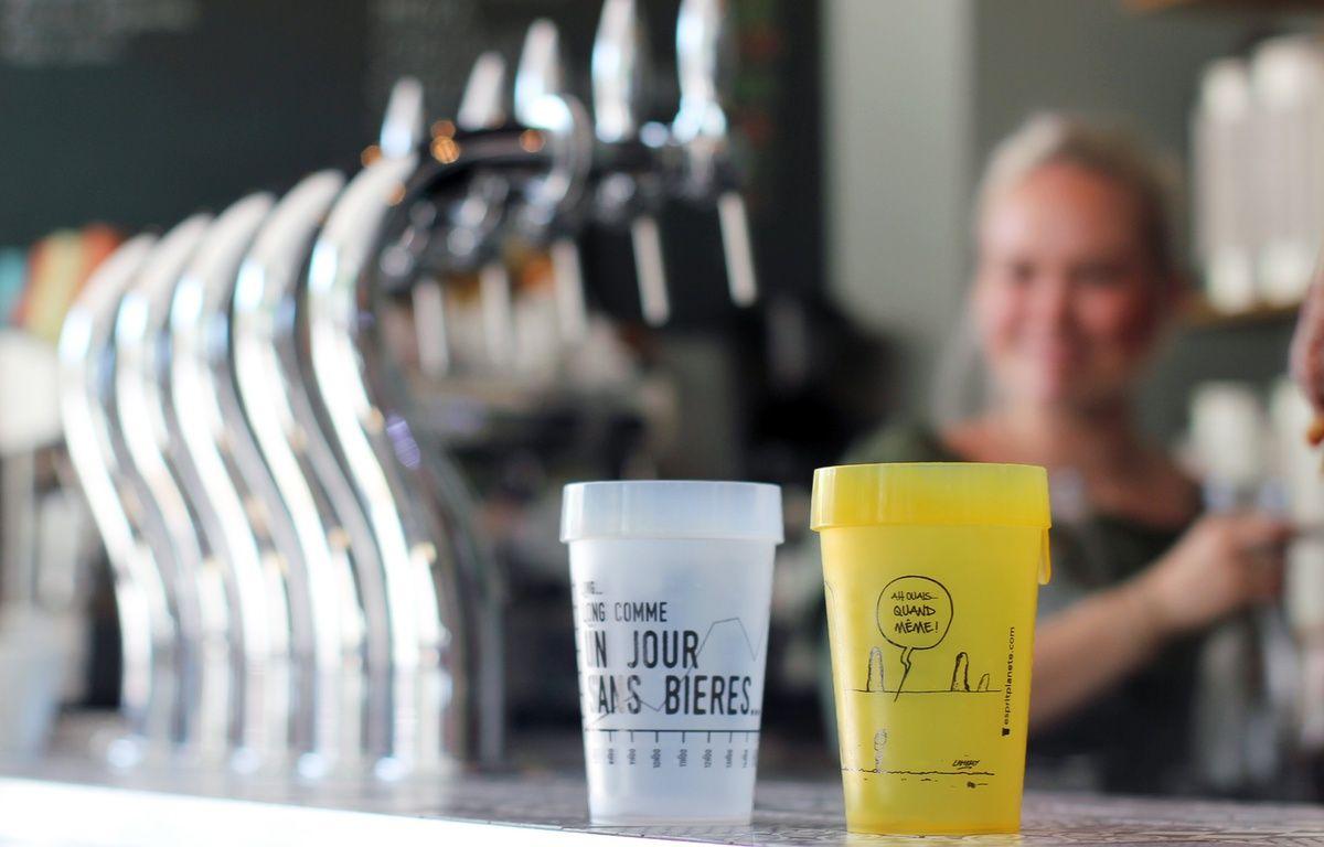 La ville de Rennes est en passe d'interdire les gobelets en plastique jetables. La solution pour les bars est d'investir dans des verres réutilisables. Ici au bistrot Les Grands Gamins. – C. Allain / APEI / 20 Minutes