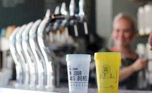 La ville de Rennes est en passe d'interdire les gobelets en plastique jetables. La solution pour les bars est d'investir dans des verres réutilisables. Ici au bistrot Les Grands Gamins.