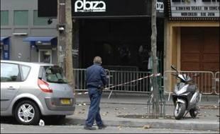 Une fusillade entre malfaiteurs et policiers a éclaté dimanche peu après 5H00 à Paris devant le Plaza Madeleine, un établissement de nuit du VIIIe arrondissement, au cours de laquelle une jeune femme, dont la vie n'est pas en danger, a été blessée dans le dos, a-t-on appris de source policière.