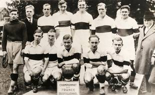 L'équipe de l'Olympique lillois, championne de France de football professionnel, en 1933, avec son buteur Georges Winckelmans (au premier rang, à droite) et le capitaine Georges Beaucourt (debout, 5e  en partant de la gauche).