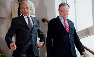Berthold Huber, vice-président du conseil de surveillance de Volkswagen (g) et le chef du gouvernement de l'Etat régional de Basse-Saxe, Stephan Weil, le 25 avril 2015 à Hanovre