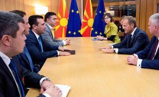 Le président du Conseil européen, Donald Tusk (2e à droite) s'entretient avec le premier ministre de Macédoine du Nord, Zoran Zaev (3e à gauche), à Bruxelles le 16 octobre 2019.
