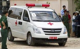 Une ambulance arrive dans un hôpital à Hanoï transportant des victimes du crash d'un hélicoptère militaire, le 7 juillet 2014