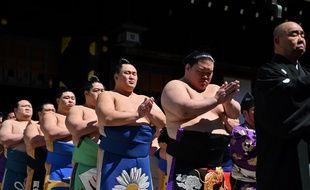 Des lutteurs de sumo participent à une cérémonie au sanctuaire Yasukuni, à Tokyo, le 15 avril 2019.