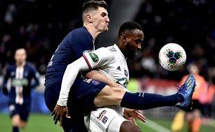 Moussa Dembélé, ici à la lutte avec Thomas Meunier, a pesé sur la défense parisienne