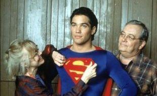 K Callan, Dean Cain et  Eddie Jones (de g. à dr.) dans la série « Loïs et Clark »