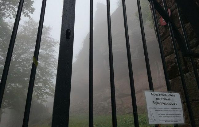 A l'entrée du château du Guirbaden, dont une partie est interdite d'accès, face aux risques d'écroulement d'un espace, au-dessus de Mollkirch, dans le Bas-Rhin.