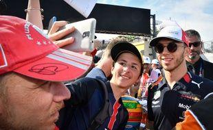Pierre Gasly et des fans lors du GP de France au Castellet.