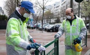 Des agents municipaux désinfectent le mobilier urbain à Suresnes, dans les Hauts-de-Seine (Illustration)