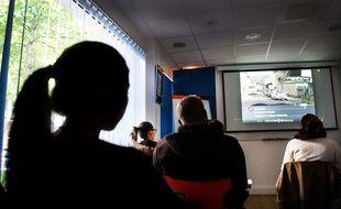 Photo d'illustration d'une leçon de code dans une auto-école.