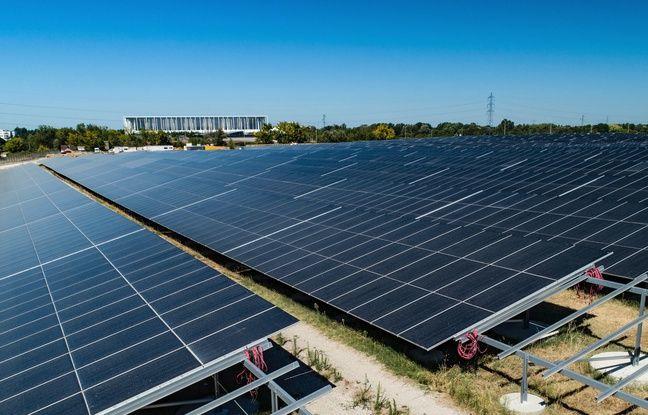 Située face au stade matmut Atlantique, la centrale solaire de Labarde est composée de 140 000 panneaux photovoltaïques.