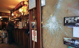 """Le bar lyonnais le """"Smoking Dog"""", le 21 février 2013, après les affrontements entre supporters lyonnais et londoniens."""
